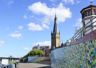 Stadtrallye Düsseldorf - Burgturm und Fliesenwand am Rhein