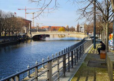 Stadtrallye Berlin - Spreepromenade mit Blick auf die Friedrichsbrücke